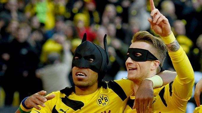 Fan Dortmund Dapat Hadiah Topeng Batman Pierre-Emerick Aubameyang