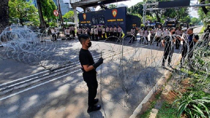 Halau Massa Buruh ke Istana, Polisi Tutup Jalan Medan Merdeka Barat Dengan Kawat Duri