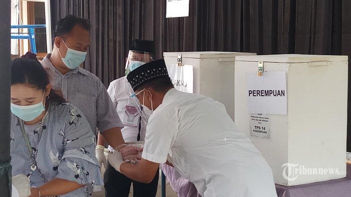 PILKADES SERENTAK DI KABUPATEN TANGERANG. Pemkab Tangerang menggelar pilkades serentak di wilayahnya, Minggu (10/20/2021). Pilkades serentak ini diselenggarakan di 77 desa di 26 kecamatan dan diikuti oleh 306 cslon. Warga memberikan hak suaranya di 1.178 TPS yang dilengkapi dengan gerai vaksinasi yang dapat dimanfaatkan oleh warga yang belum melakukan vaksinasi. Pada kesempatan ini Bupati Tangerang, Ahmed Zaki mendampingi Dirjen Bina Pemdes Depdagri meninjau langsung pilkades di TPS 04 Desa Bojong Kamal, Legok dan TPS 14 Desa Malang Nengah, Pagedangan, Kabupaten Tangerang.