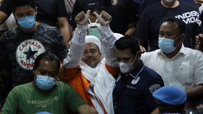 Rizieq Shihab Kenakan Rompi Tahanan Oranye Saat Menuju Mobil Tahanan