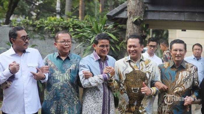 Pengusaha yang juga mantan Calon Wakil Presiden Sandiaga Uno (tengah) berjabat tangan dengan Ketua Majelis Permusyawaratan Rakyat (MPR) Bambang Soesatyo (kedua kanan) Wakil Ketua MPR Jazilul Fawaid (kiri), Asrul Sani (kedua kiri) dan fadel Muhammad (kanan) usai memberikan keterangan pers di Kediaman Sandiaga Uno, kawasan Kebayoran Baru, Jakarta Selatan, Senin (14/10/2019). Kedatangan pimpinan MPR tersebut untuk memberikan undangan pelantikan presiden-wakil presiden terpilih periode 2019-2024 pada 20 Oktober mendatang. Tribunnews/Jeprima