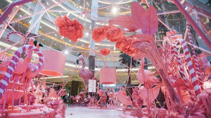 Deretan flamingo berwarna pink mewarnai atrium utama pusat perbelanjaan dan gaya hidup Mal Pacific Place di kawasan SCBD, Jakarta, di perayaan Natal 2019.