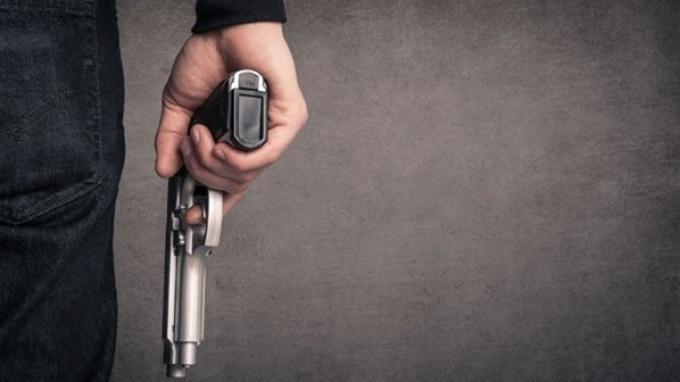 Wasit Ini Keluarkan Pistol dan Beri Tembakan Peringatan Saat Massa Mendatanginya, Ini Pemicunya