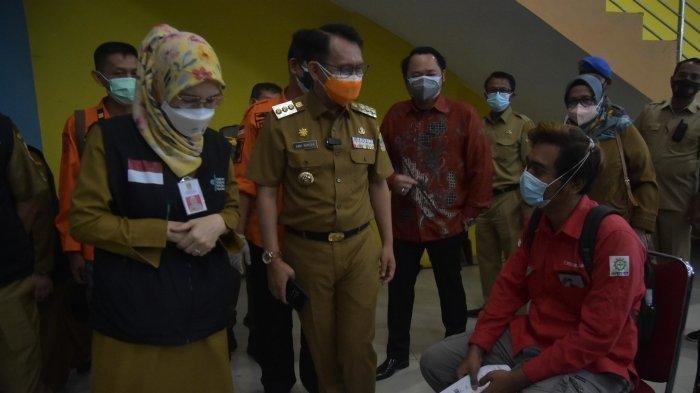Pejabat (Pj) Bupati Bekasi Dani Ramdan meninjau Sentra Vaksinasi di Stadion Wibawa Mukti, Kecamatan Cikarang Timur, Kab Bekasi, Jawa Barat pada Senin (26/7/2021).