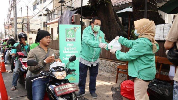 DPP PKB Bagi-bagi Nasi Boks dan Hand Sanitizer ke Driver Ojol