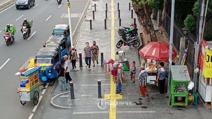PKL MULAI BERJUALAN - Banyaknya orang  mulai beraktifitas di luar rumah membuat para pedagang makanan mengelar dagangannya di trotoar Jalan Raya Salemba, Jakarta Pusat, Kamis (28/5/2020). Selama PSBB mereka tidak bisa mengelar dagannya. WARTA KOTA/HENRY LOPULALAN