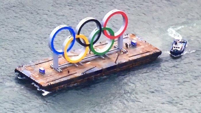 Plang monumen Olimpiade untuk promosi diangkut dari pabriknya menuju Taman Odaiba Kaihin, Tokyo, Jumat (17/1/2020).