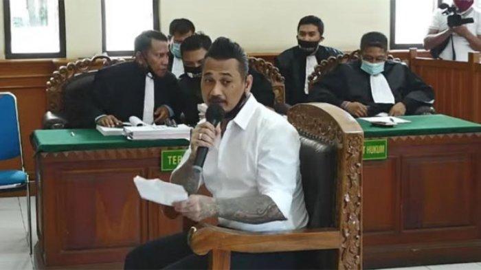 Jerinx saat membacakan pledoi yang ia tulis di Pengadilan Negeri Denpasar dan disiarkan secara live streaming, Selasa (10/11/2020).