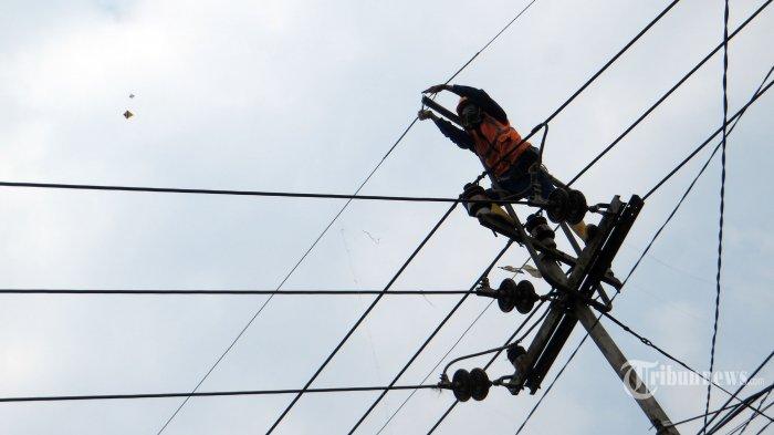Petugas PLN UP3 Cimahi  memasang gws (ground wire steel ) untuk melindungi kabel jaringan dari benang layang-layang, berupa bentangan kawat diatas saluran listrik tegangan menengah 20 kV pada tiang jaringan listrik di Jalan Cihanjuang, Kota Cimahi, Rabu (05/08/2020). Upaya pihak PLN agar bentangan kabel tegangan tidak putus oleh benang layangan terpaksa menggunakan gws tersebut yang seharusnya berfungsi sebagai saluran grounded tegangan listrik. Memasuki musim kemarau saat ini banyak warga yang bermain layangan menggunakan benang berupa kawat. (TRIBUN JABAR/ZELPHI)