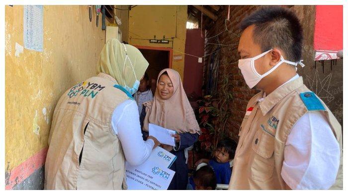 PLN Serahkan Bantuan pada Janda 16 Anak di Pemalang