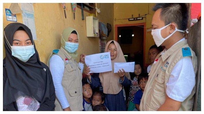 YBM PLN Berikan Bantuan Biaya Hidup kepada Sriyanti Janda 16 Anak