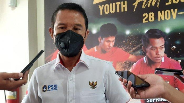Plt Sekjen PSSI, Yunus Nusi saat diwawancarai setelah menghadiri acara pembukaan kompetisi juggling di GOR POPKI, Cibubur, Jakarta Timur, Kamis (10/12/2020).