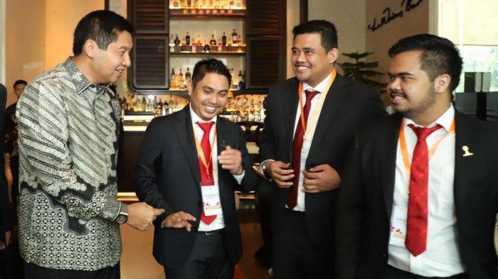 Wakil Ketua HIPMI Bobby Nasution (kedua kanan) berbincang dengan tokoh Nasional Maruarar Sirait (kiri) dan Ketua Umum HIPMI Mardani H Maming (kedua kiri) dan pengurus HIPMI, Joshua (kanan).