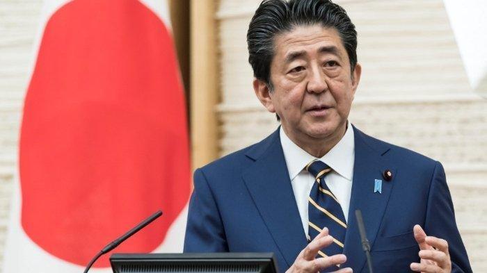 Perdana Menteri Jepang Shinzo Abe dalam konferensi pers di Kantor Perdana Menteri Jepang mendeklarasikan 1 bulan masa darurat Covid-19 di Tokyo dan 6 daerah lainnya, awal April 2020.Perdana Menteri Shinzo Abe mengatakan tingkat infeksi Jepang telah berkurang.