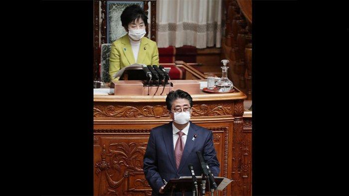 PM Jepang Shinzo Abe bicara di majelis tinggi Jepang, Jumat (3/4/2020) pagi.