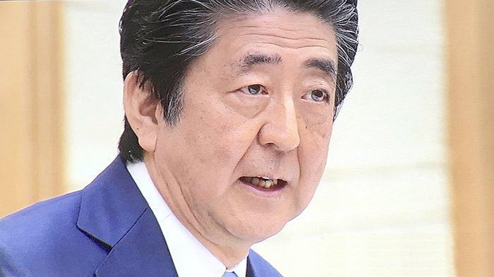 PM Jepang Shinzo Abe saat jumpa pers, Senin (4/5/2020) malam.