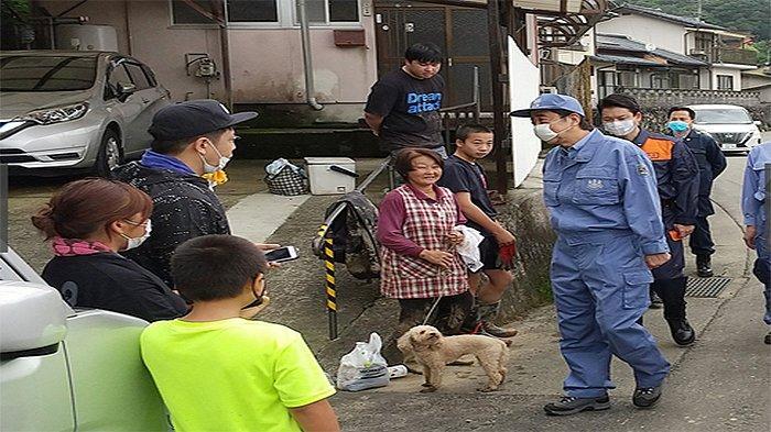 PM Shinzo Abe inspeksi mendadak ke lokasi banjir Perfektur Kumamoto termasuk ke rumah jompo yang terpapar banjir pekan lalu.
