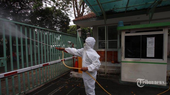 Petugas Palang Merah Indonesia (PMI) melakukan penyemprotan disfentannarea sekolah ST Theresia, Menteng, Jakarta Pusat, Kamis (9/7/2020).