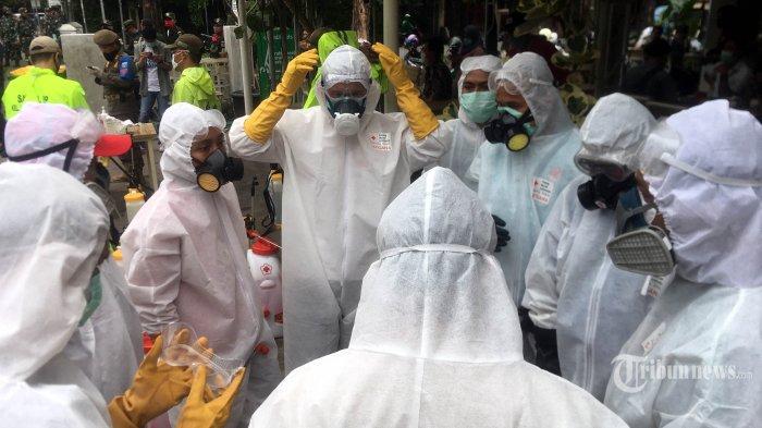 Persediaan Alat Pelindung Diri Terbatas, Tenaga Kesehatan di Kota Depok Modifikasi Jas Hujan
