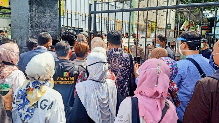 Kepolisian membatasi jumlah orang yang bisa memasuki areal Pengadilan Negeri Jakarta Selatan jelang sidang perdana praperadilan Rizieq Shihab, Senin (4/1/2021).