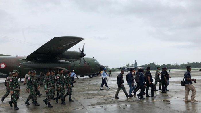 Ratusan pengungsi rusuh Wamena yang ditampung di Base Ops Lanud Silas Papare Jayapura diangkut kembali ke Wamena dengan pesawat Hercules milik TNI, Rabu (9/10/2019).