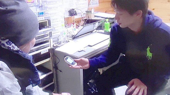 Pocket Talk yang digunakan petugas posko kesehatan untuk berkomunikasi dengan orang asing saat sakit, menerjemahkan bahasa Jepang ke bahasa asing.