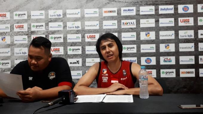 Point Guard Louvre Surabaya, Dimaz Muharri (kanan) saat hadir dalam konferensi pers bersama dengan Coach Andika Supriadi di GOR Sahabat, Semarang, Jumat (10/1/2020).