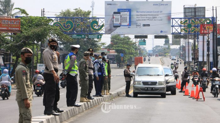 Diperiksa - Aparat gabungan TNI dan Polri memeriksa kendaraan yang memasuki perbatasan yang menghubungkan wilayah Jateng dan DIY, Rabu (12/5/21).Setidaknya ada 14 titik penyekatan yang di lakukan Polda Jateng, hampir 70.000 lebih sudah dilakukan pemerikasaan terhadap kendaraan di perbatasan Jawa Tengah. Kendaraan yang sudah diperiksa tersebut, kendaraan yang akan masuk kewilayah Jawa Tengah. Hal ini di lakukan sesuai anjuran pemerintah, agar bisa menekan dan mencegah  penyebaran Covid 19 di Wilayah Jateng dari pemudik yang masuk ke Jawa Tengah. (Tribun Jateng/Hermawan Handaka)