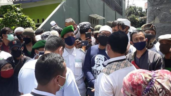 Laskar FPI Jaga Ketat Rumah HRS, Polisi Diminta Tunggu 30 Menit Saat Antarkan Surat Panggilan Kedua