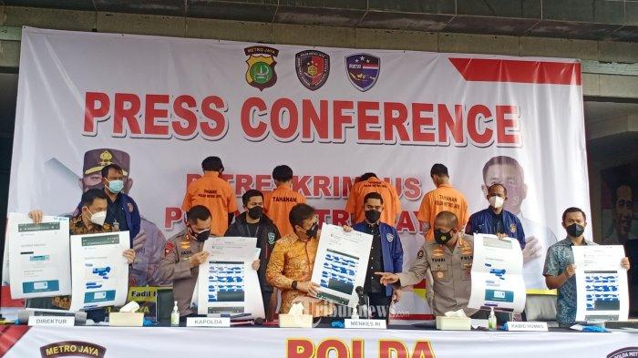Kapolda Metro Jaya Irjen Fadil Iman dan Menteri Kesehatan Budi Gunadi Sadikin, saat  jumpa pers pembobolan data atau akses ilegal aplikasi PeduliLindungi di Polda Metrojaya, Jalan Sudirman, Jakarta Selatan, Jumat (3/9/2021). Pembobolan data atau akses ilegal aplikasi PeduliLindungi sudah menjual 93 sertifikat vaksin palsu. Polisi pun kini memburu para pembeli sertifikat vaksin palsu itu. 4 tersangka di tahan oleh Polda Metrojaya sebagai 2 orang pelaku dan 2 orang pembeli. WARTA KOTA/HENRY LOPULALAN