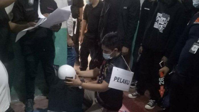 Polda Metro Jaya   menggelar rekonstruksi kasus pembunuhan disertai mutilasi di Bekasi.