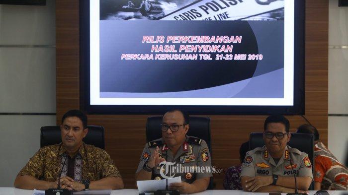 Direktur Kriminal Umum Polda Metro Jaya Kombes Suyudi Ario Seto (kiri) , Karopenmas Polri Brigjen Dedi Prasetyo (tengah), Kabid Humas Polda Metro Jaya Argo Yuwono (kanan), memberikan keterangan kepada wartaean terkait aksi pada 22-23 mei lalu di Mabes Polri, Jakarta Selatan, Jumat (5/7/2019). Dalam aksi rusuh tersebut,  Polisi mengamankan 447 orang yang diduga perusuh. Polsiti membentuk tim investigasi gabungan untuk menelusuri dan mengusut kerusuhan yang terjadi di Jakarta Pusat. Warta Kota/Angga Bhagya Nugraha