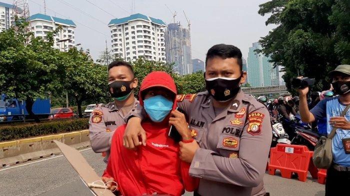 2 Remaja Berjaket Merah Diamankan Polisi di Senayan