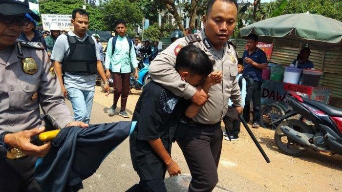 Polisi amankan siswa yang diduga membawa senjata tajam saat tawuran antar SMA di Kota Jambi terjadi. Tribun Jambi/Fadly