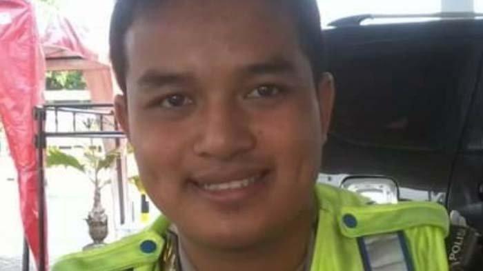 Brigadir Polisi I Dewa Gede Alit Wirayuda semasa hidup. Dewa adalah anggota Polsek Bangkalan Madura yang meninggal diduga bunuh diri dengan menembak kepalanya sendiri menggunakan senjata api