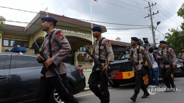 Polisi berjaga di depan gedung Mapolrestabes Medan pascabom bunuh diri yang dilakukan seorang pemuda, di Medan, Sumatera Utara, Rabu (13/11/2019). Akibat peristiwa tersebut pelaku tewas dan enam orang mengalami luka-luka, empat diantaranya personel kepolisian.