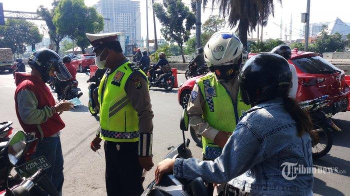 Petugas kepolisian sedang menindak pelanggar aturan lalu lintas dan.prokes saat berlangsung Operasi Patuh Jaya 2021 di Jalan Daan Mogot Km 15, Kalideres, Jakarta Barat, Senin (20/9/2021). Gelaran operasi ini.untuk menekan angka kecelakaan lalin serta meningkatkan disiplin masyarakat untuk mematuhi aturan lalu lintas termasuk protokol kesehatan. (Warta Kota/Nur Ichsan)