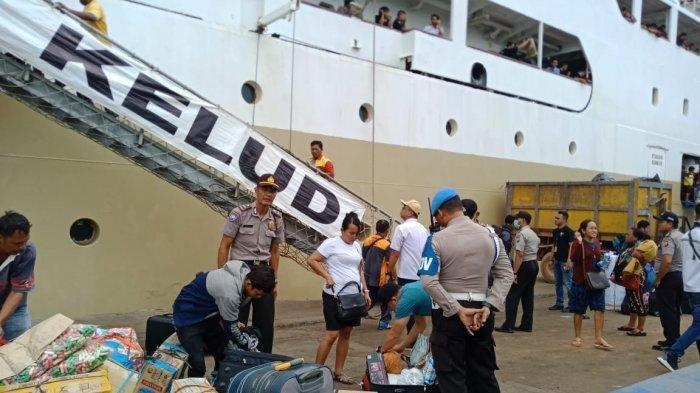 Pelabuhan Batu Ampar, Batam dipenuhi oleh anggota kepolisian yang memeriksa penumpang yang turun dari Kapal Kelud dari Pelabuhan Belawan, Rabu (4/9/2019) jam 12.05 WIB. Tribunbatam.id/Dipa Nusantara