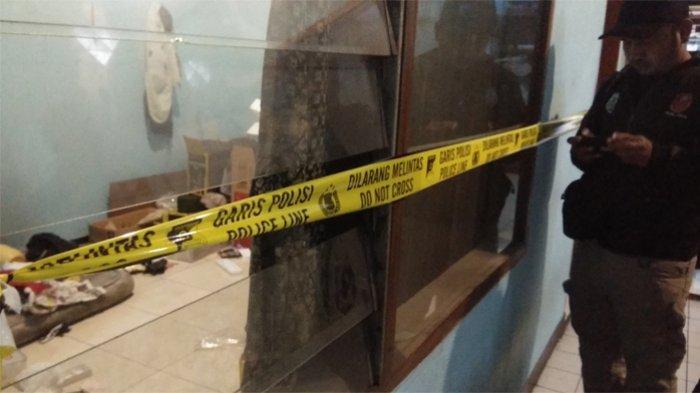 Polisi menggeledah sebuah kamar di rumah di Jalan Gunung Batu, Kecamatan Cicendo, Kota Bandung, Kamis (10/10/2019). Rumah yang digeledah berada satu bangunan dengan bengkel sepeda motor.