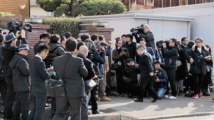 Polisi gerebek markas besar kelompok Yakuza di Kobe, 13 Desember 2019.