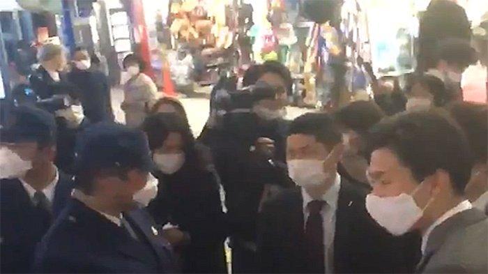 Polisi Jepang sedang memberikan wejangan kepada warga yang berkeliaran di luar rumah, Jumat (10/4/2020) malam.