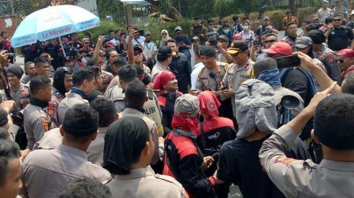 Saat Polisi Joget Bareng Massa Buruh Sebelum Unjuk Rasa di Depan Gedung DPR RI Berakhir