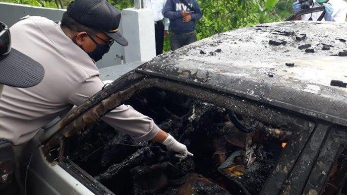 Polisi melakukan olah TKP kasus terbakarnya mobil Daihatsu Charade di Pandaan Pasuruan yang menewaskan 2 balita.