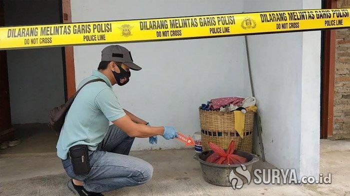 Polisi melakukan olah TKP penemuan mayat bayi di Desa Sukosari, Kecamatan/Kabupaten Trenggalek, Sabtu (25/7/2020).