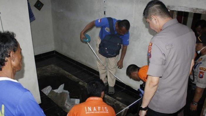 Polisi membongkar lantai musala di mana Surono dikuburkan di bawahnya.