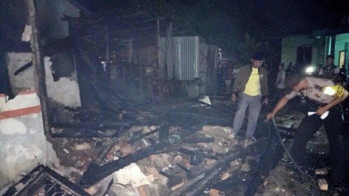 Polisi memeriksa lokasi kebakaran di Kecamatan Air Hitam. Kebakaran hebat menelan korban jiwa terjadi di Kabupaten Sarolangun, Senin (15/2/2021) sekitar pukul 20.30 WIB.