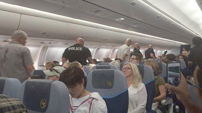 Polisi langsung menangkap penumpang wanita yang mengancam akan menjatuhkan pesawat menurunkan di Denver US tanggal 28 Agustus 2015.