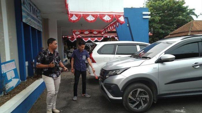 Polisi mengamankan mobil Toyota Rush milik korban mutilasi KW (51) di Satreskrim Polres Banyumas, Jawa Tengah, Jum'at (12/7/2019).(kompas.com/ Fadlan Mukhtar Zain)
