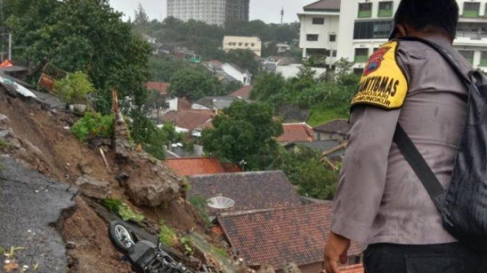Tak Hanya Dilanda Banjir, Longsor di Semarang Juga Menyebabkan Sejumlah Rumah Rusak