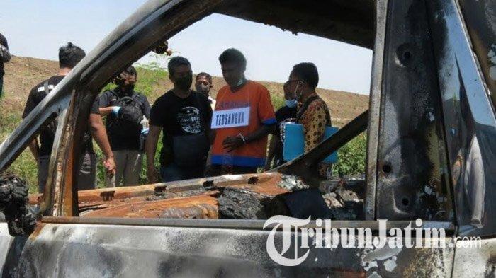 Polisi menggelar rekonstruksi pembakaran mobil artis Via Vallen di Desa Kalitengah, Kecamatan Tanggulangin, Sidoarjo, Jawa Timur, Rabu (26/8/2020).